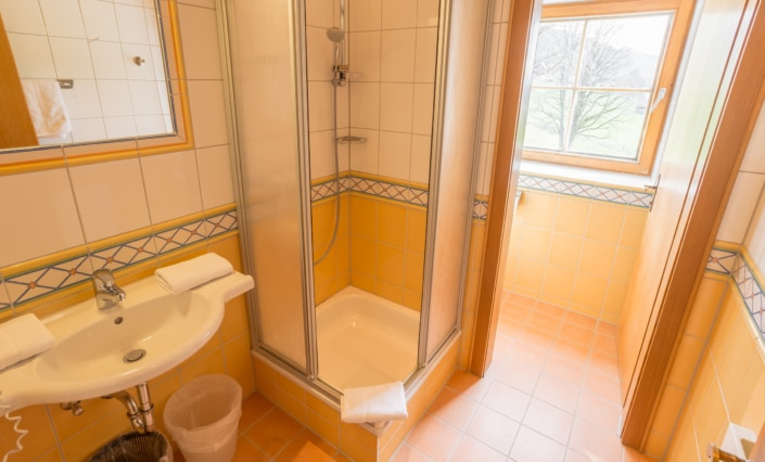 helle Badezimmer mit Tageslicht Fenster, Bacherhof
