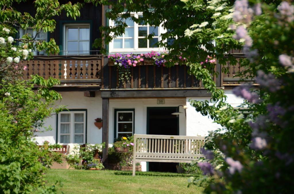 paradisischer Platz im blühenden Garten, Bacherhof