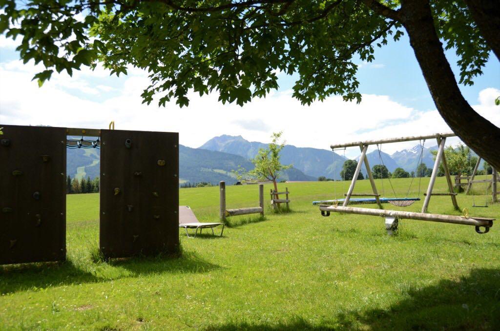 Kinderspielplatz mit Kletterwand, Wippe und Schaukel_Bacherhof
