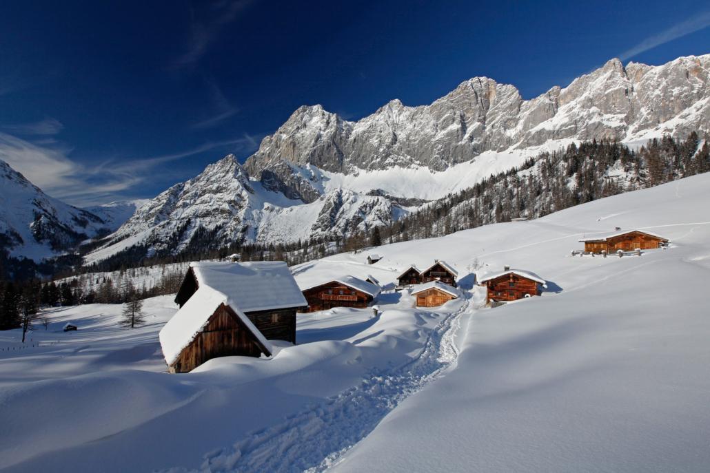 Schneeschuhwandern vor der prächtigen Dachstein Südwand
